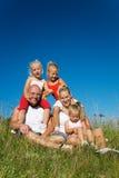 Família na grama Fotos de Stock Royalty Free
