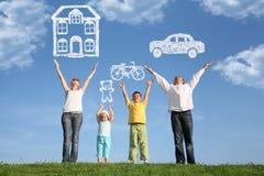 A família na grama com mãos levanta e sonha, colagem Foto de Stock Royalty Free