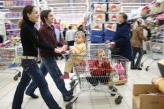 Família na loja Fotografia de Stock Royalty Free
