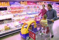 Família na loja de alimento Imagens de Stock