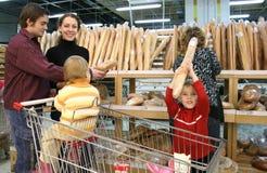 Família na loja do pão Imagem de Stock