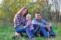 Família na madeira do outono Imagens de Stock Royalty Free