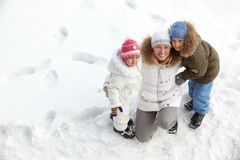 Família na neve imagem de stock royalty free
