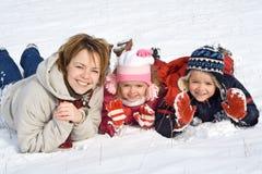 Família na neve Fotografia de Stock Royalty Free