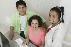 Família na opinião de ângulo alto do retrato do computador Fotografia de Stock Royalty Free