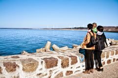 Família na paredão no mar Báltico Fotografia de Stock Royalty Free