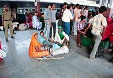 Família na plataforma da estação indiana Foto de Stock