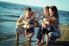 Família na praia. Imagens de Stock Royalty Free