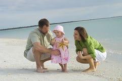 Família na praia fotografia de stock