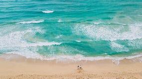 Família na praia Apenas areia e oceano fotografia de stock