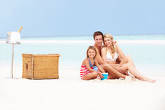 Família na praia com Champagne Picnic luxuoso Foto de Stock Royalty Free