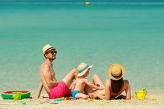Família na praia Criança que joga com mãe e pai fotos de stock royalty free