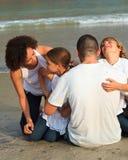 Família na praia que tem o divertimento Imagens de Stock Royalty Free