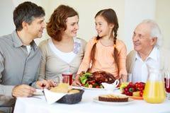Família na tabela da ação de graças Fotos de Stock