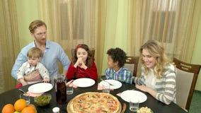 Família na tabela de jantar vídeos de arquivo
