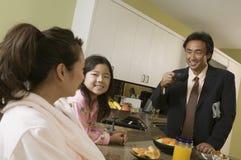 Família na tabela de pequeno almoço Imagem de Stock Royalty Free