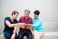 Família na tabuleta Imagem de Stock