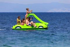 Família no barco do pedal imagens de stock royalty free