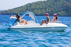 Família no barco do pedal imagens de stock