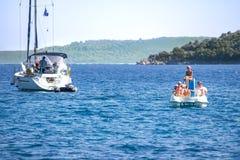 Família no barco do pedal imagem de stock royalty free