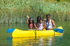 Família no caiaque Imagens de Stock Royalty Free