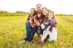 Família no campo Foto de Stock Royalty Free