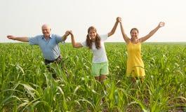 Família no campo do verão. conceito da liberdade Imagem de Stock