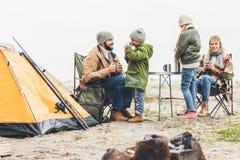 família no chá bebendo de acampamento fotos de stock