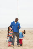 Família no desengate de pesca da praia Fotografia de Stock