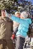 Família no dia de inverno foto de stock royalty free