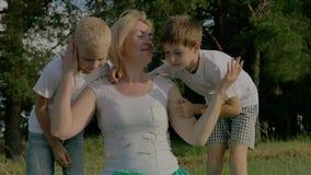 Família no dia ensolarado do verão no parque Crianças que jogam com seus pais video estoque