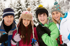Família no feriado do esqui nas montanhas Foto de Stock Royalty Free