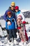 Família no feriado do esqui nas montanhas imagens de stock royalty free
