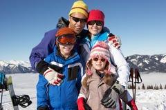 Família no feriado do esqui nas montanhas fotografia de stock royalty free