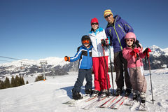 Família no feriado do esqui nas montanhas imagens de stock