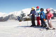 Família no feriado do esqui nas montanhas foto de stock