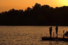 Família no lago Fotografia de Stock Royalty Free