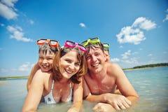 Família no mar Imagens de Stock Royalty Free