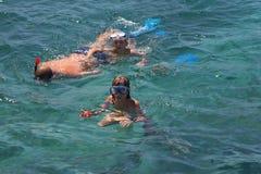 Família no mar que snorkeling imagem de stock