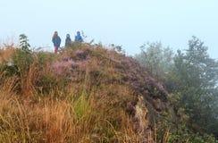 Família no monte enevoado da montanha do orvalho da manhã foto de stock royalty free
