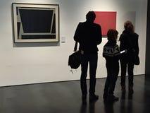 Família no museu de arte contemporânea em Florença, Itália fotografia de stock