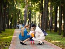 Família no parque imagem de stock