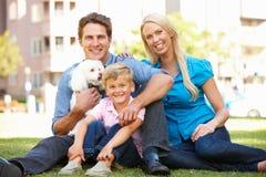 Família no parque com cão Imagens de Stock Royalty Free