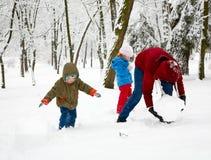 Família no parque do inverno Fotografia de Stock Royalty Free