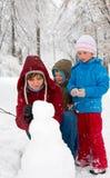 Família no parque do inverno Fotos de Stock Royalty Free
