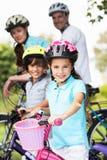 Família no passeio do ciclo no campo Imagens de Stock