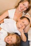 Família no sofá Foto de Stock