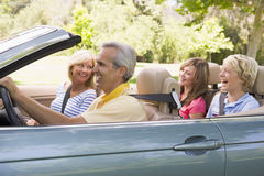Família no sorriso convertível do carro Fotos de Stock Royalty Free