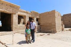 Família no templo da cidade de Habu em Luxor fotos de stock royalty free