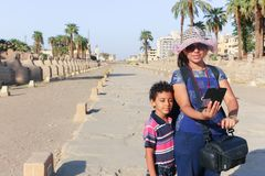 Família no templo - Egito foto de stock royalty free